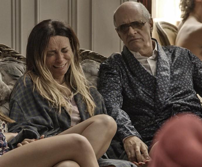 Janete cai no choro ao ver amante do ex-marido (Foto: TV Globo)