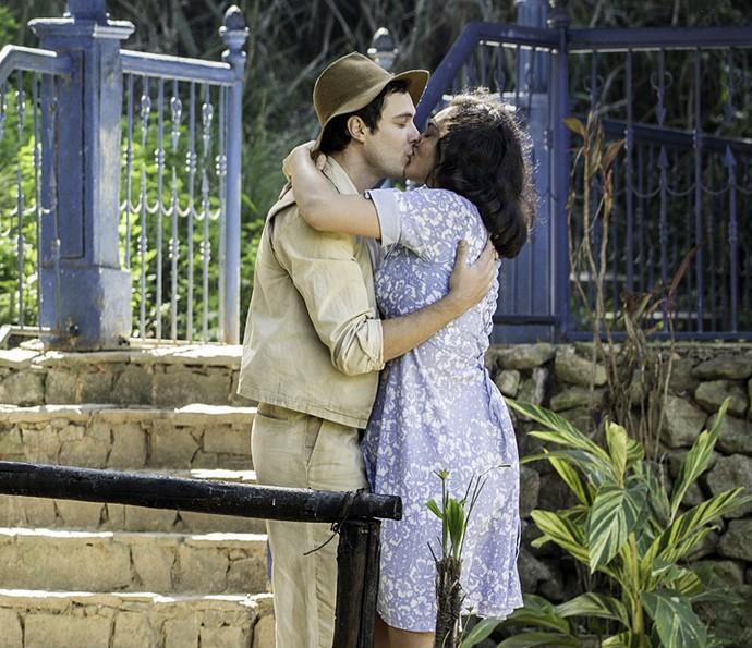 Candinho e Filó têm tarde romântica (Foto: Felipe Monteiro/Gshow)
