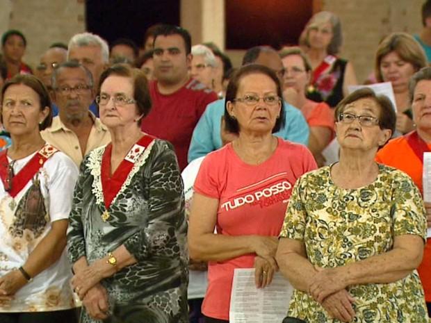Paróquia distribui pílulas de Frei Galvão durante missa (Foto: Rodrigo Sargaço/EPTV)