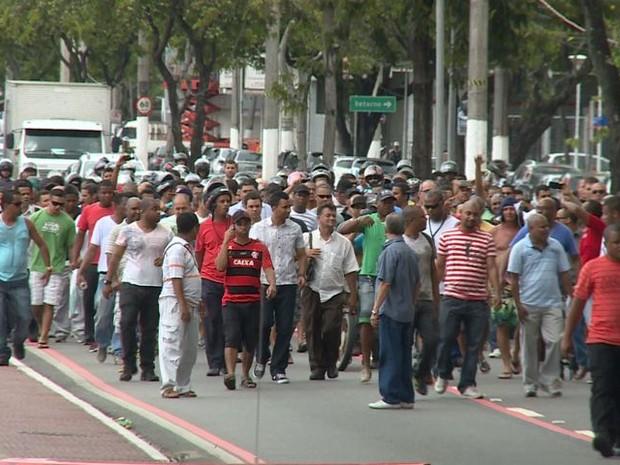 Viligantes fazem manifestação por salários atrasados (Foto: Reprodução/TV Gazeta)