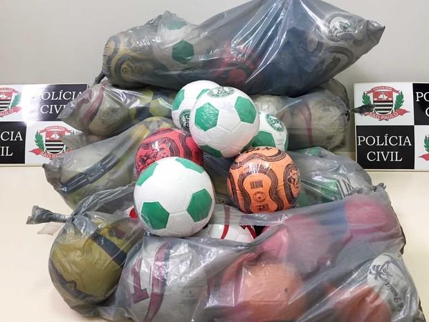 Polícia apreendeu 53 bolas na casa da vereadora e outras três que estavam com eleitoras (Foto: Polícia Civil/Cedida)
