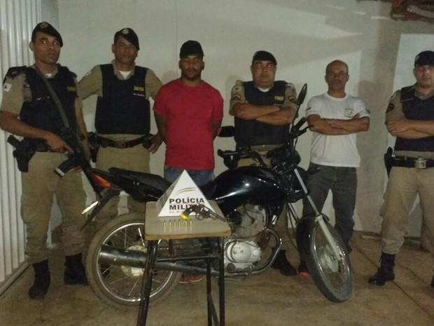 Homem foi detido pela PM; arma usada no dia crime e moto roubada foram apreendidas (Foto: Polícia Militar/Divulgação)