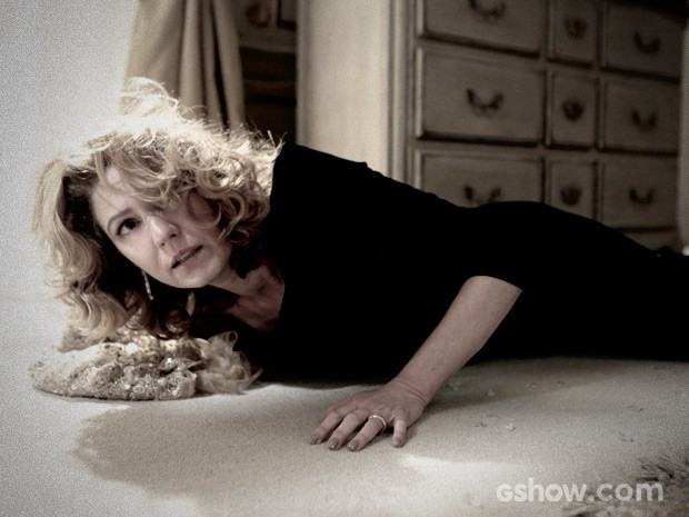 Angela escapa por pouco da morte (Foto: Felipe Monteiro / TV Globo)