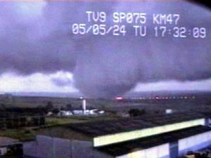 Tornado que atingiu Indaiatuba (SP) em 2005 (Foto: Reprodução / EPTV)