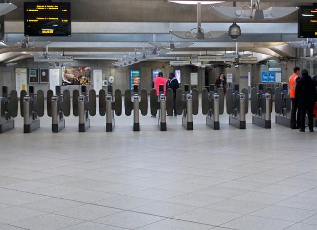 Em plena hora do rush, metrô ficou vazio em Londres (Foto: Andrew Cowie/AFP)
