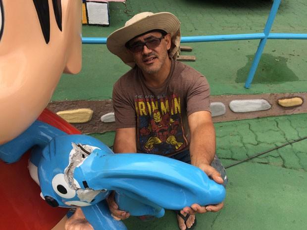 """Gláucio San, autor da escultura, lamentou o ato de vandalismo: """"Pra que descontar a raiva em um brinquedo inofensivo que alegra as crianças"""", disse (Foto: Márcio Pinho/G1)"""