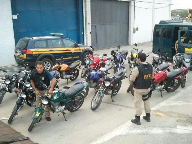 PRF apreende 20 motos com documentos irregulares em operação na Baixada Fluminense (Foto: Divulgção/ PRF/ A. Ribeiro)