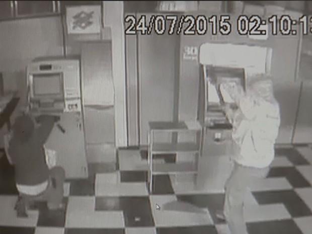 Câmeras registraram a ação dos criminosos (Foto: Reprodução / TV TEM)