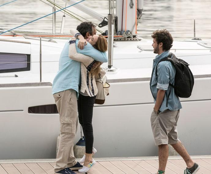 Emocionado, Miguel dá um abraço apertado em Júlia, assim que a loira chega  (Foto: Inácio Moraes / Gshow)