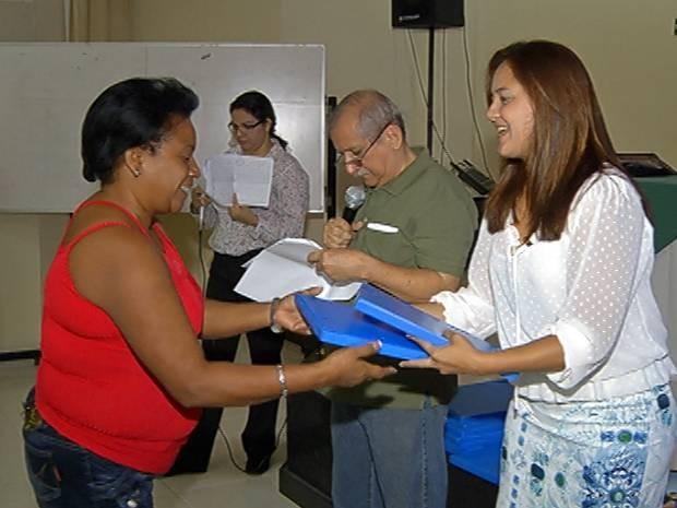 Médica recebe kit para orientações sobre o estado do Pará. (Foto: Reprodução / TV Liberal)