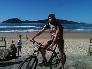 Henrique usa a bicicleta para ir a praia (Foto: Henrique Thieme Reis/Arquivo pessoal)