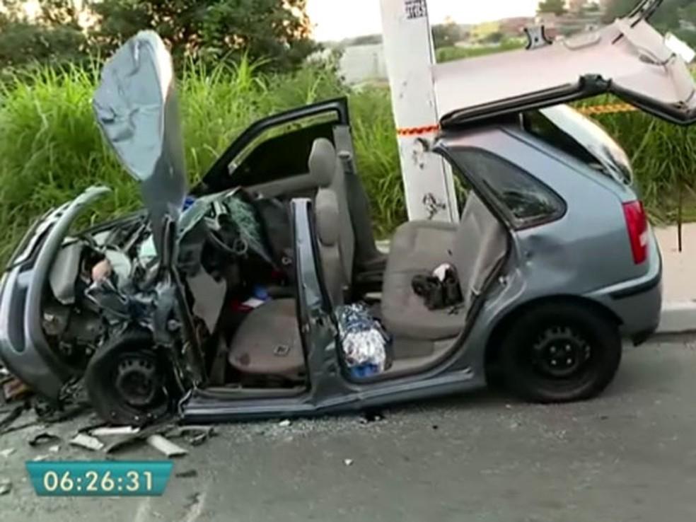 Carro destruído após acidente na Estrada de Itapecerica (Foto: Reprodução/TV Globo)