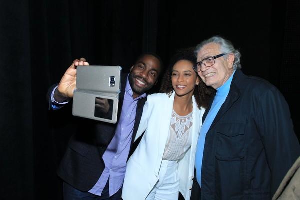 Lázaro Ramos e Taís Araújo tiram selfie com Tarcísio Meira em peça