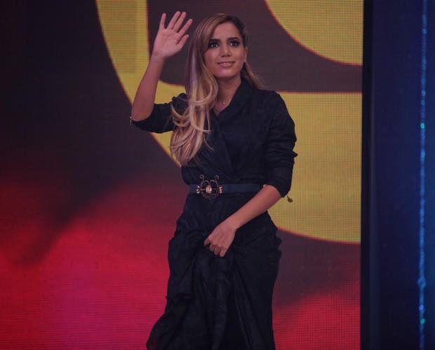 Anitta dá tchauzinho ao entrar no palco do Domingão (Foto: Pedro Curi / TV Globo)