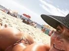 Laura Keller curte praia e brinca sobre filtro solar: 'Make de palhaço'
