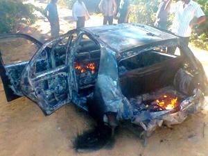 Um dos carros utilizados pelo bando durante a fuga foi abandonado e incendiado em uma estrada vicinal (Foto: Jaru Online/Divulgação)