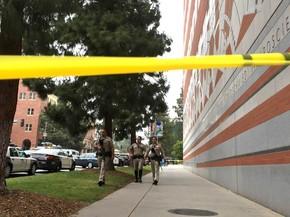 Policiais armados fazem ronda em área interditada do campus da Universidade da Califórnia em Los Angeles (UCLA), EUA, após relato de tiros (Foto: Ringo H.W. Chiu/AP)