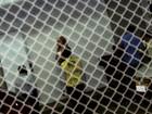 Shakira embarca para Fortaleza com o filho no colo