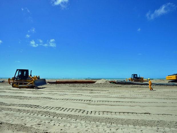 Tratores espalham areia para aumentar espaço para banhistas na praia (Foto: Eduardo Braga / SEI)