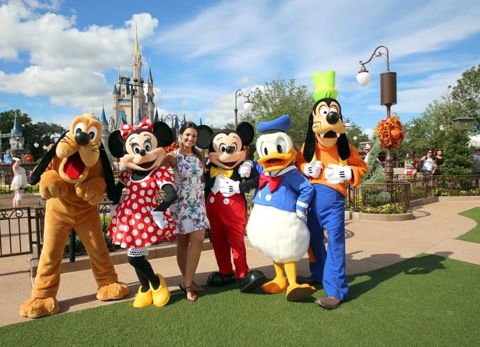 Patrícia Poeta posa com os persoangens da Disney (Foto: Leonardo Viso/ Gshow)