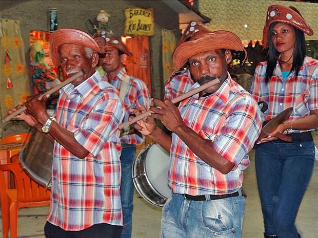 Banda de pífanos Santa Luzia se apresenta todos os dias na Vila Olho D'água (Foto: Katherine Coutinho/G1)