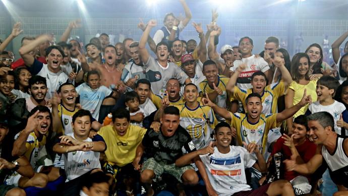 Torcida do Bom de Bola fez a festa após o apito final e invadiu a quadra para comemorar o título de campeão capixaba de futsal (Foto: Richard Pinheiro/GloboEsporte.com)