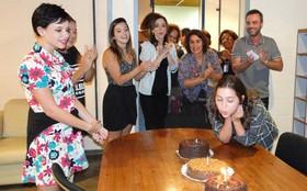Polliana Aleixo faz 15 anos e ganha festa do elenco de Insensato Coração