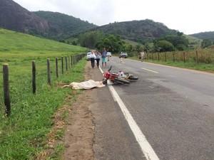 Motociclista morreu e cavalo teve fraturas expostas em acidente (Foto: Brunela Alves / A Gazeta)