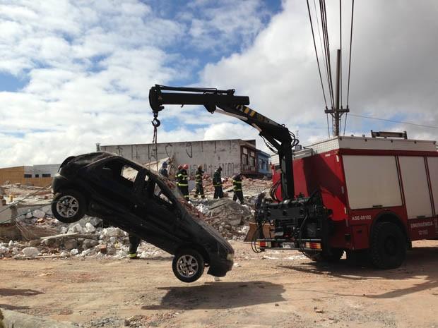 Veículo danificado por desabamento é retirado em São Mateus (Foto: Leticia Macedo/G1)