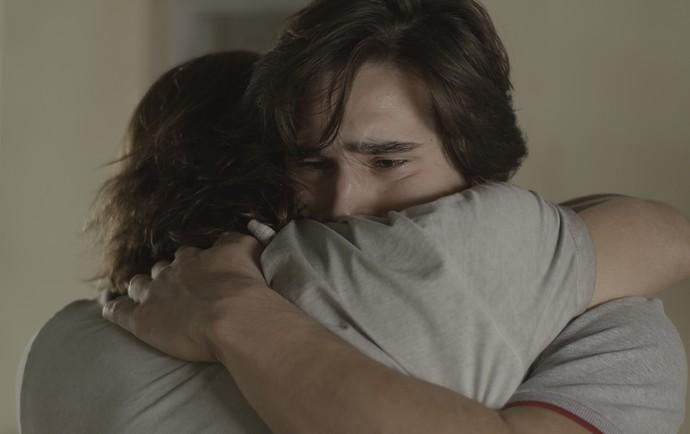 Gui e Zac se abraçam em momento emocionante (Foto: TV Globo)