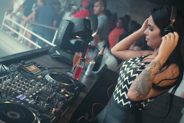 Ex-BBB Mayara Motti aposta em look justinhho e 'ataca' de DJ em noite