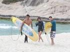 Carol Nakamura tem aula de surfe ao lado de suposto novo affair