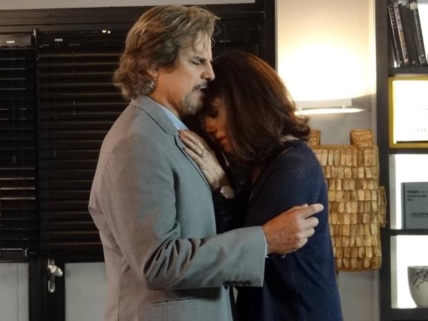 Marcelo consola Maria Inês e os dois se abraçam (Foto: Paula Paiva/Gshow)