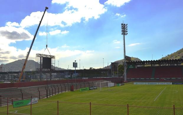 Placar eletrônico é fixado no Estádio Engenheiro Araripe (Foto: Edmar Tononi/Desportiva Ferroviária)