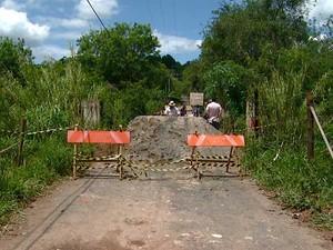 Com ponte interditada, famílias ficam 'ilhadas' em bairro Alto do Guará, no distrito de Barão Geraldo, em Campinas (Foto: Reprodução EPTV)