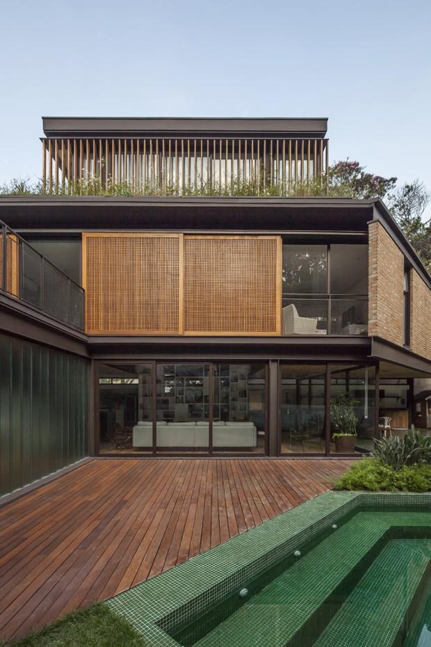 Aclive no terreno dita arquitetura da casa (Foto: Maira Acayaba/Divulgação)