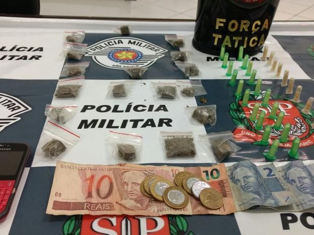 Homem foi detido com mais de 50 porções de drogas em Jundiaí (Foto: Divulgação/PM de Jundiaí)
