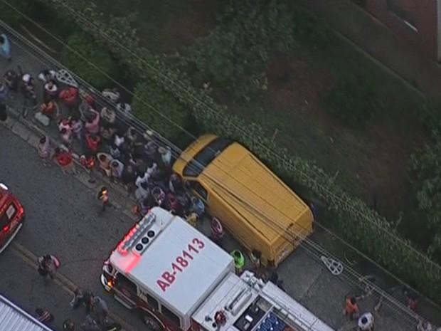 Três pessoas ficaram feridas, de acordo com os bombeiros (Foto: Reprodução/TV Globo)