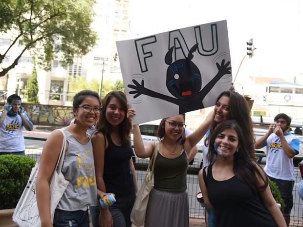 Meninas levantam a placa com o nome da Faculdade de Arquitetura da USP (Foto: Fabio Tito/ G1)