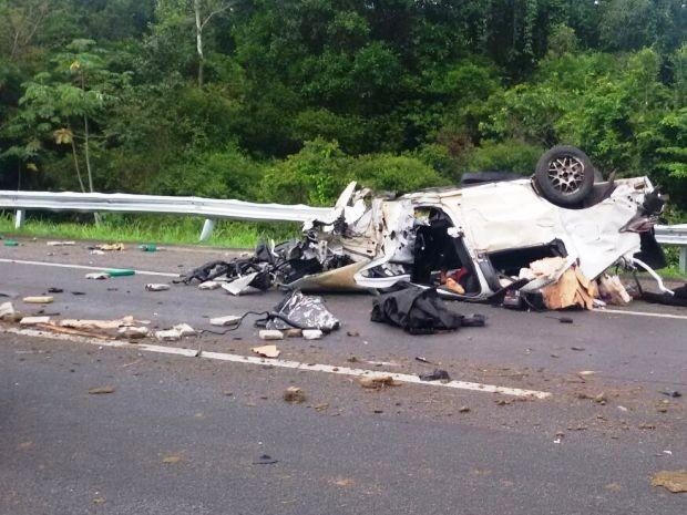 Carro ficou destruído e vítimas foram levadas para hospital (Foto: Dione Aguiar / G1)