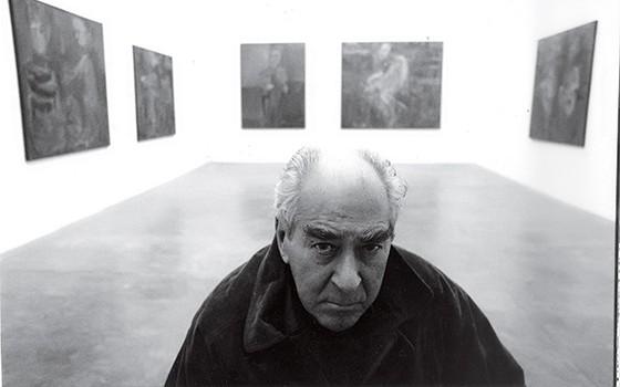 PISTOLA NA CINTURA  Iberê numa exposição em 1990. Um artista de projeção internacional que carregava os hábitos da província (Foto: Rogerio Assis/Folhapress)