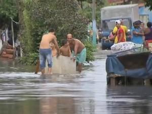 Em Fortaleza, ruas ficaram alagadas com chuva de 42 milímetros (Foto: TV Verdes Mares/Reprodução)
