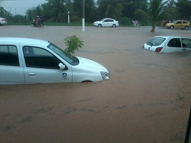 Em Assu, a chuva alagou várias ruas e quase encobriu carros (Foto: Luiz Emanoel/Blog de Olho no Assu)