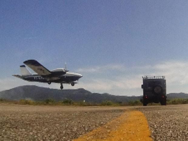 Tenentes chegam tarde demais e avião decola com Cassiano (Foto: Flor do Caribe / TV Globo)