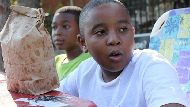 O menino motivou moradores de Detroit a se tornarem voluntários na manutenção da área (Foto: Kathleen Galligan)