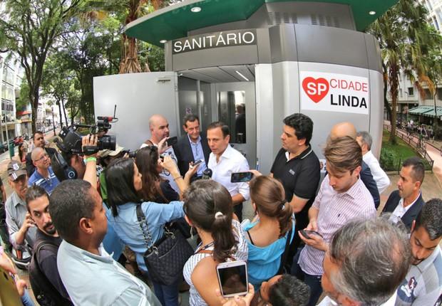 O prefeito João Doria apresenta modelo de banheiro público em São Paulo (Foto: Fabio Arantes/SECOM)