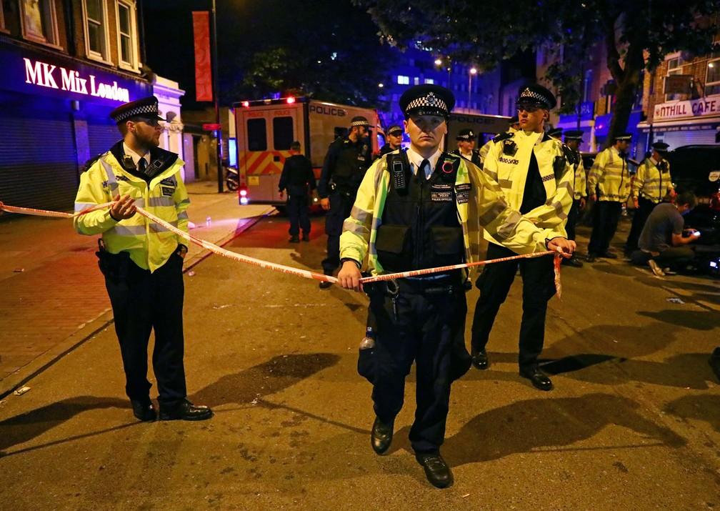 Polícia isola área do atropelamento, em Finsbury Park, no norte de Londres, nesta segunda-feira (18) (Foto: REUTERS/Neil Hall)