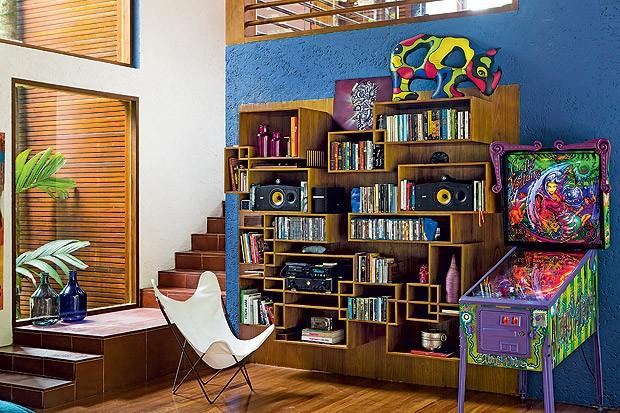 Biblioteca | Projetada por Fabiana Avanzi, a estante de freijó tem como base um painel liso, onde foram encaixados módulos com diferentes volumes (Foto: Edu Castello/Casa e Jardim)