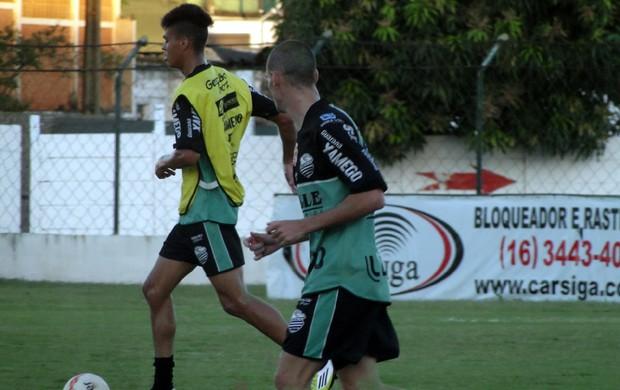 Richard (com a bola), volante do Comercial (Foto: João Fagiolo)