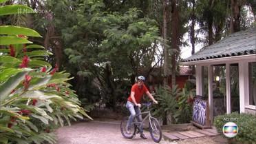 Marcos Caruso chega à Casa de Cristal de bicicleta